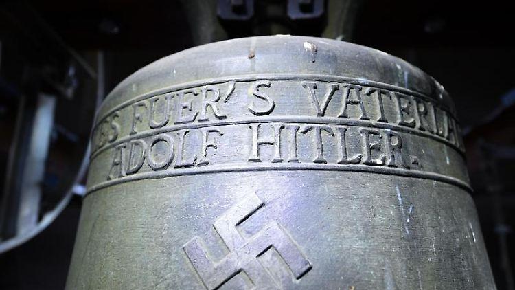 Im Glockenturm hängt eine Glocke mit Hakenkreuz aus der NS-Zeit. Foto: Uwe Anspach/dpa/Archivbild
