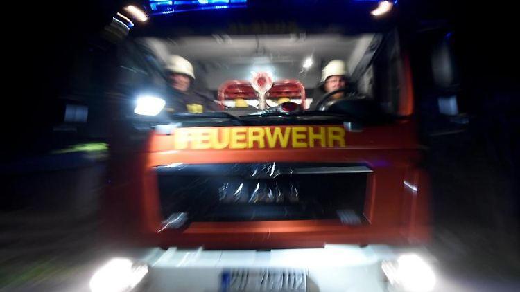 Ein Löschfahrzeug der Feuerwehr fährt über eine Straße. Foto: Carsten Rehder/dpa/Archivbild