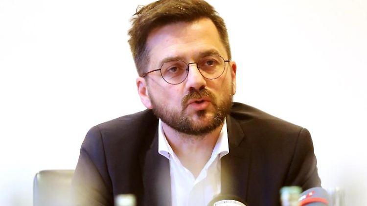 SPD-Landtagsfraktionschef Thomas Kutschaty beantwortet während der PK Fragen der Journalisten. Foto: Roland Weihrauch/dpa