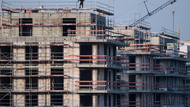Ein Baugerüst steht an einem Rohbau für Neubau-Wohnungen. Foto: Bernd von Jutrczenka/dpa/Archivbild