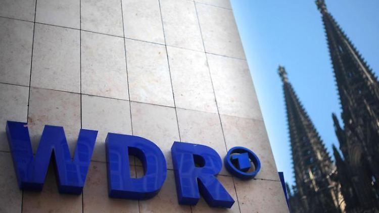 Der Schriftzug des WDR ist an einem Gebäude des WDR (Westdeutscher Rundfunk) vor dem Dom angebracht. Foto: Oliver Berg/Archiv