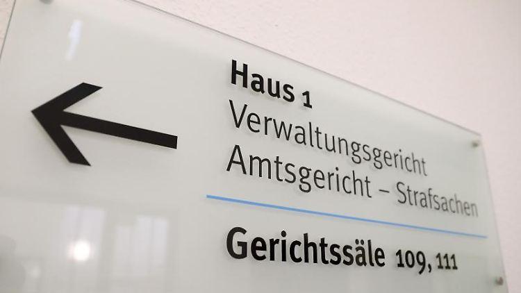 Schild im Justizzentrum Gera, in dem sich unter anderen das Verwaltungsgericht befindet. Foto: Jan Woitas/dpa-Zentralbild/dpa/Archivbild