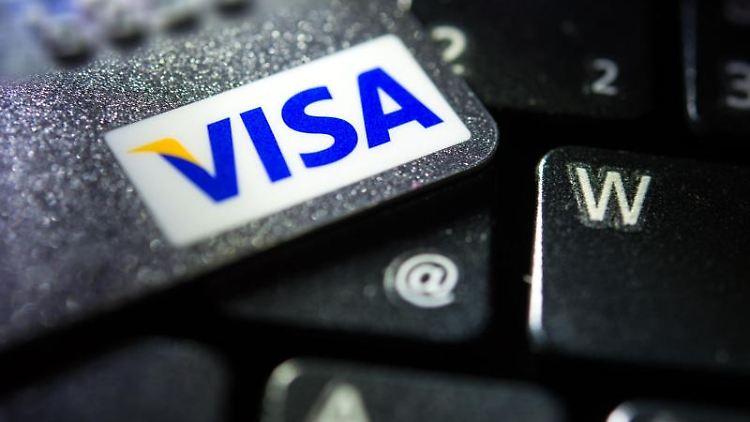 Eine Visa-Kreditkarte liegt auf einer Computertastatur. Foto: Patrick Pleul/dpa-Zentralbild/dpa/Archivbild