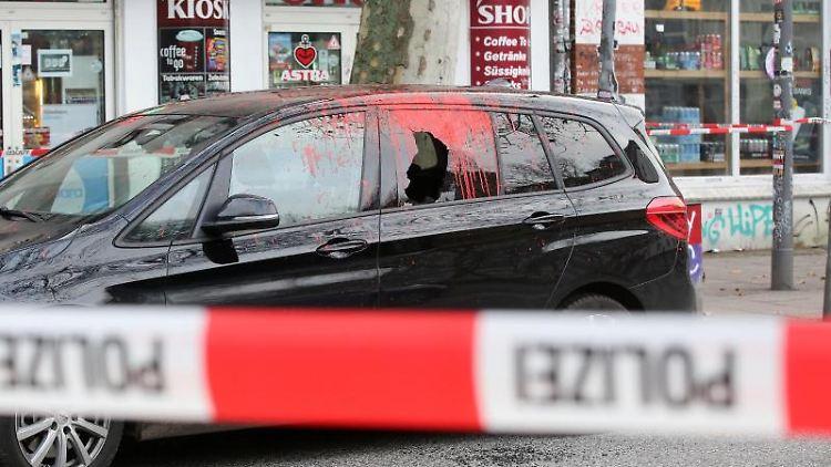 Maskierte greifen Auto von Hamburgs Innensenator an. Foto: Bodo Marks/dpa/Archivbild