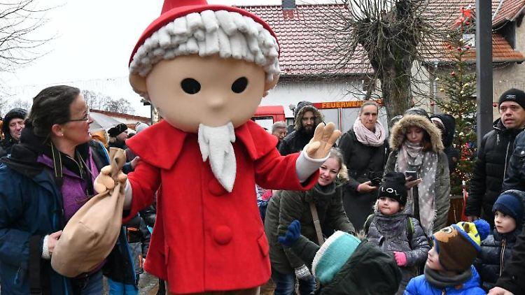 Das Sandmännchen wird auf dem Weihnachtsmarkt in Himmelpfort begrüßt. Foto: Bernd Settnik/dpa-Zentralbild/ZB