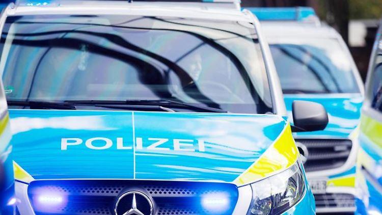 Mehrere Polizeifahrzeuge im Einsatz. Foto: Rolf Vennenbernd/dpa/Archivbild
