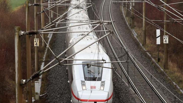 Ein ICE auf der Strecke Hannover - Göttingen. Foto: Holger Hollemann/dpa/Archivbild