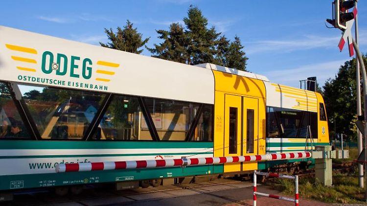 Ein Zug der Ostdeutschen-Eisenbahn-Gesellschaft (ODEG) steht am Bahnhof. Foto: Patrick Pleul/dpa-Zentralbild/Archiv