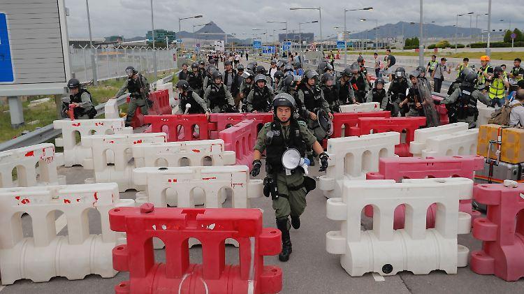 Schon im September stellten prodemokratische Demonstranten Blockaden vor dem Flughafen auf.