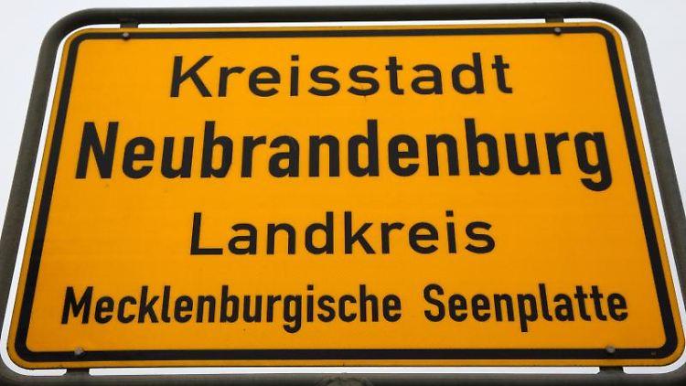 Das Ortsschild von Neubrandenburg, seit 2011 Kreisstadt der Mecklenburgischen Seenplatte. Foto: Bernd Wüstneck/dpa-Zentralbild/dpa