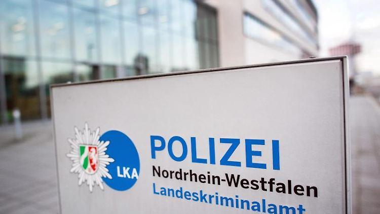 Ein Schild weist auf das Landeskriminalamt Nordrhein-Westfalen hin. Foto: Federico Gambarini/dpa/Archivbild