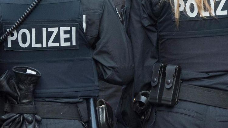 Zwei Polizisten auf Streife. Foto: Boris Roessler/dpa/Archivbild
