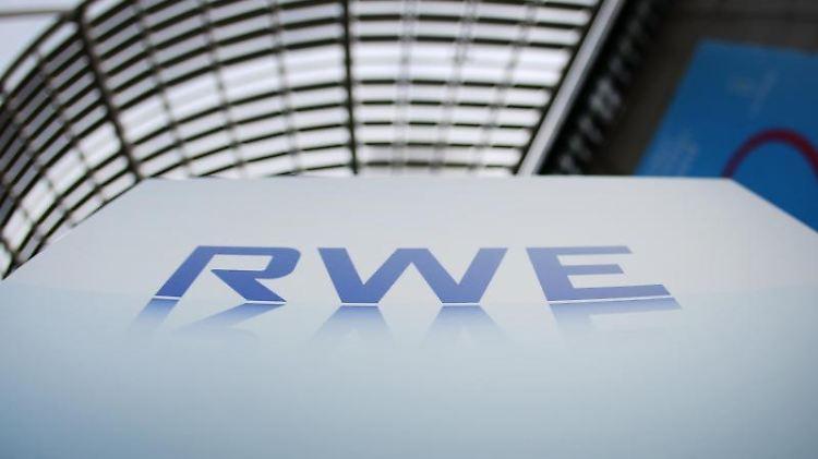 Das Logo des Energiekonzerns RWE ist vor der Konzernzentrale in Essen angebracht.jpg