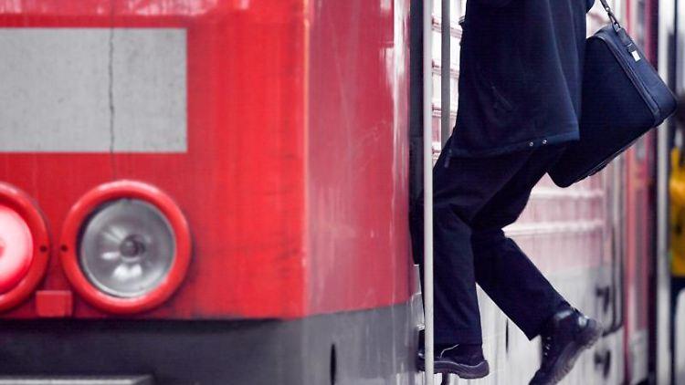 Ein Lokführer verlässt den Führerstand eines Regionalzuges der Deutschen Bahn. Foto: Arne Dedert/dpa/Archivbild