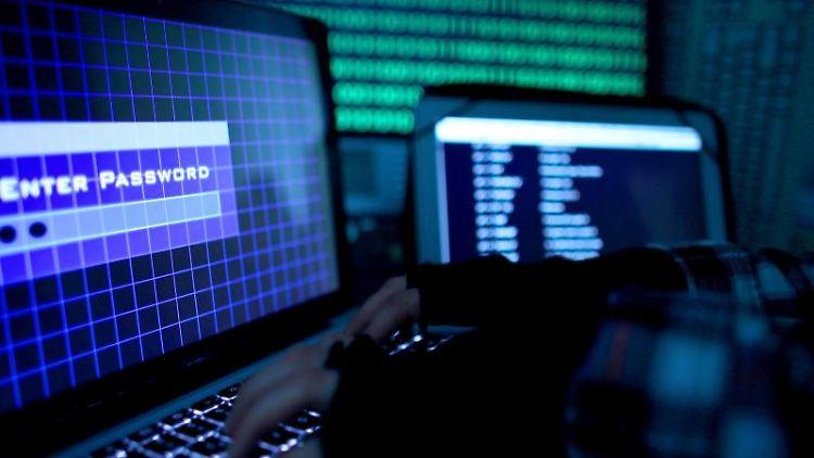 Ein Passwort wird auf einem Laptop über die Tastatur eingegeben. Foto: Oliver Berg/Archiv