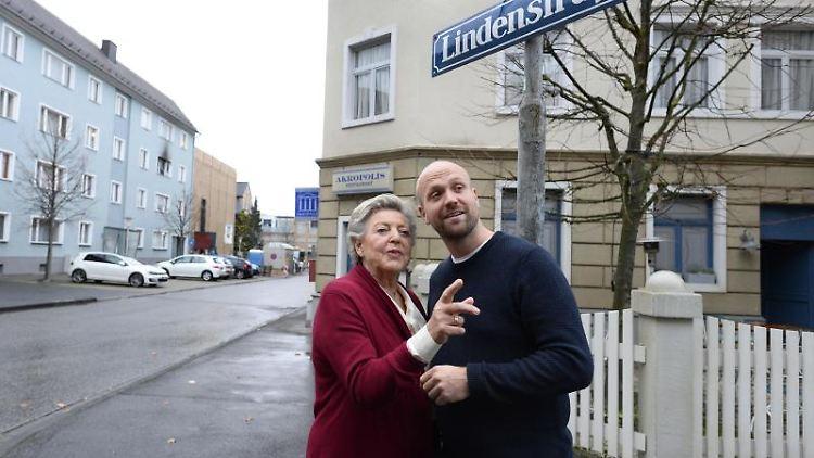 Marie-Luise Marjan und Moritz Sachs schauen sich in der Kulisse der