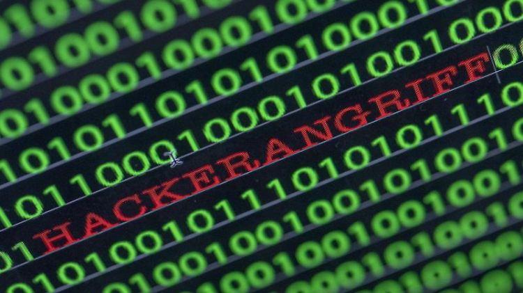 Zwischen dem Binärcode auf einem Laptopmonitor ist das Wort