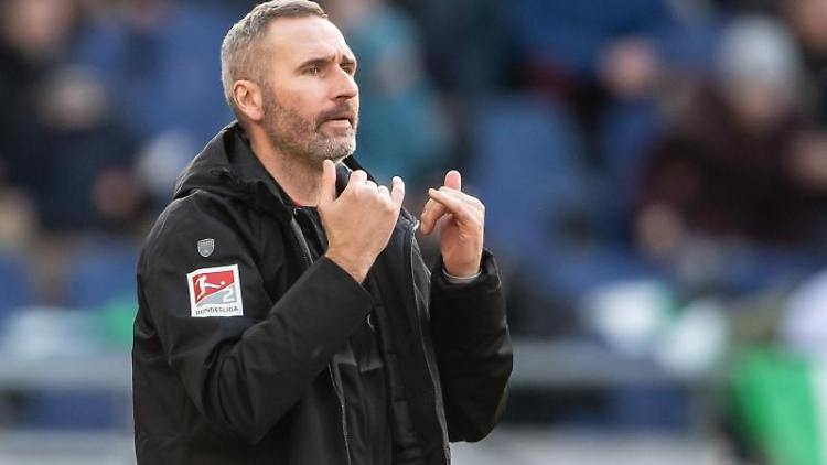 Stuttgarts Trainer Tim Walter gestikuliert am Spielfeldrand. Foto: Swen Pförtner/dpa