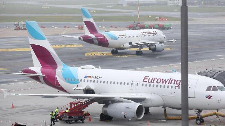 Maschinen der Fluggesellschaft Eurowings stehen am Flughafen Hamburg. Foto: Bodo Marks/dpa/Archivbild