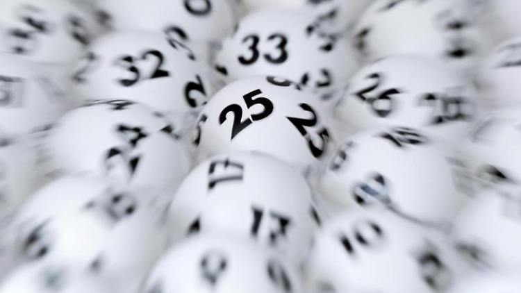 Lottokugeln. Foto: Arne Dedert/dpa/Archivbild