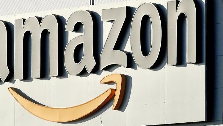 Das Logo von Amazon befindet sich an einem Lager. Foto: Holger Hollemann/dpa/Archivbild