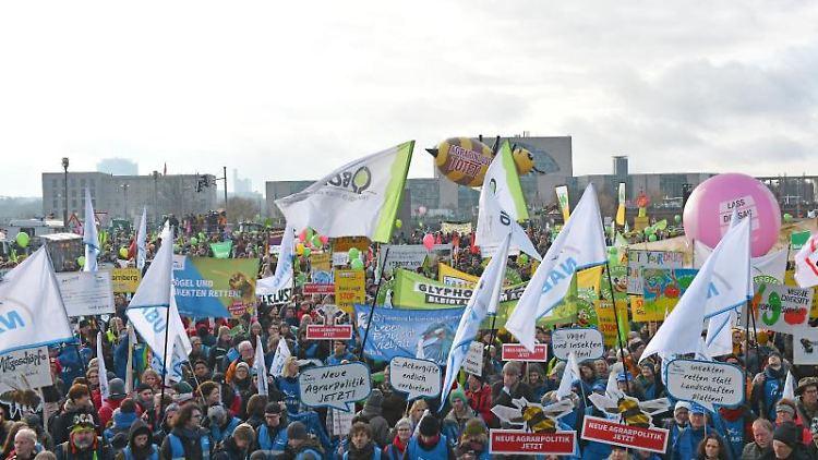 Menschen nehmen an einer Demonstration für eine Agrarwende unter dem Motto