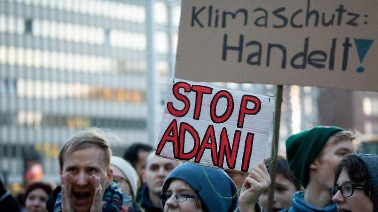 Klimaaktivisten demonstrieren während einer Protestaktion von Fridays for Future vor der Hamburger Siemens-Niederlassung. Foto: Christian Charisius/dpa