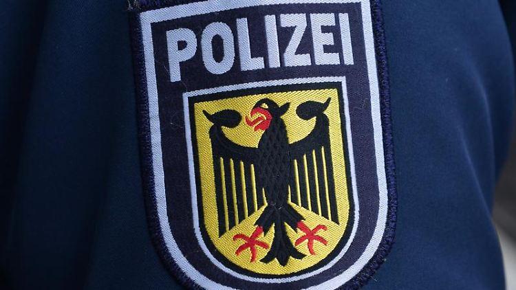 Das Wappen der Bundespolizei auf einer Dienstjacke. Foto: Martin Schutt/dpa-Zentralbild/dpa/Archivbild