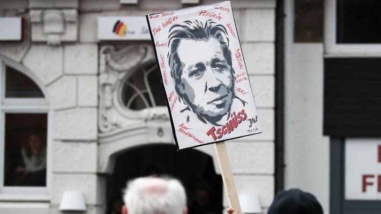 Ein Fan von Jan Fedder hält vor der Trauerfeier für den Schauspieler im Michel ein Plakat hoch. Foto: Christian Charisius/dpa
