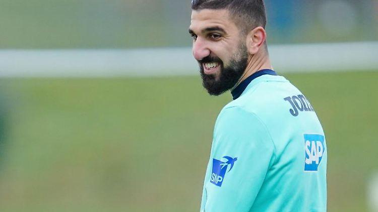 Hoffenheims Neuzugang Munas Dabbur lacht während des Trainings. Foto: Uwe Anspach/dpa