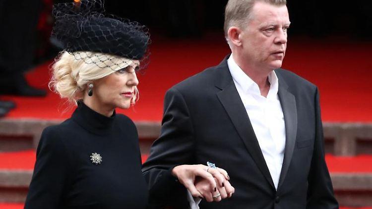 Die Witwe des Schauspielers Jan Fedder, Marion Fedder, bei der Trauerfeier. Foto: Daniel Reinhardt/dpa