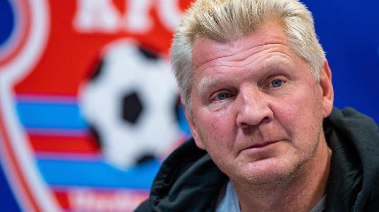 Stefan Effenberg, Manager KFC Uerdingen, spricht auf der Pressekonferenz. Foto: Guido Kirchner/dpa