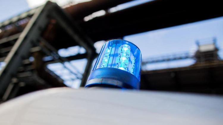 Ein Polizeifahrzeug mit leuchtendem Blaulicht auf dem Dach ist zu sehen. Foto: Rolf Vennenbernd/dpa/Archivbild