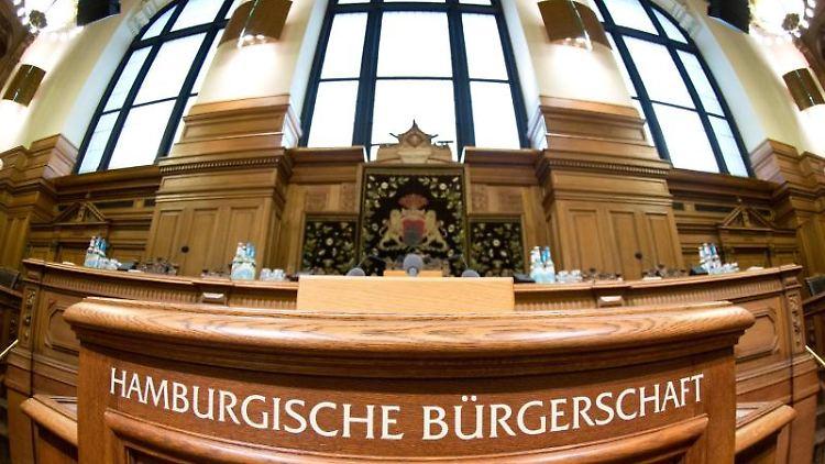 Das Rednerpult im Plenarsaal der Hamburger Bürgerschaft. Foto: Christian Charisius/dpa