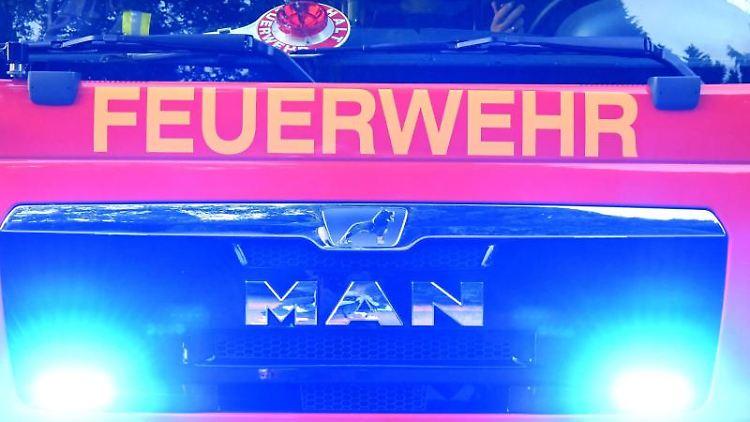 Feuerwehrmänner der freiwilligen Feuerwehr sitzen in ihrem Fahrzeug. Foto: Carsten Rehder/dpa