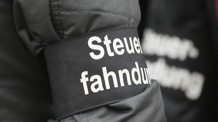 Steuerfahnder in Uniform. Foto: Sebastian Willnow/zb/dpa/Archivbild