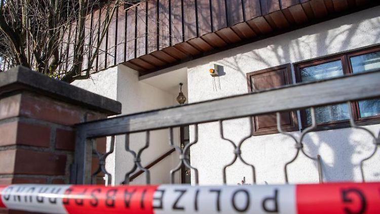 Polizei-Absperrband ist vor einem Wohnhaus zu sehen. Foto: Lino Mirgeler/dpa