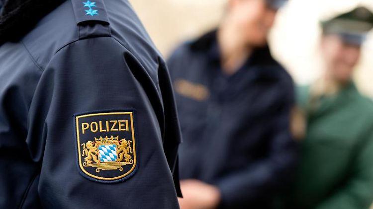 DasWappen der bayerischen Polizei auf einem Ärmel. Foto: Sven Hoppe/dpa/Archivbild