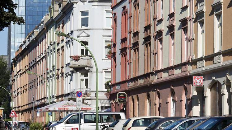 Eine Häuserzeile im Frankfurter Nordend. Foto: Frank Rumpenhorst/dpa/Archivbild