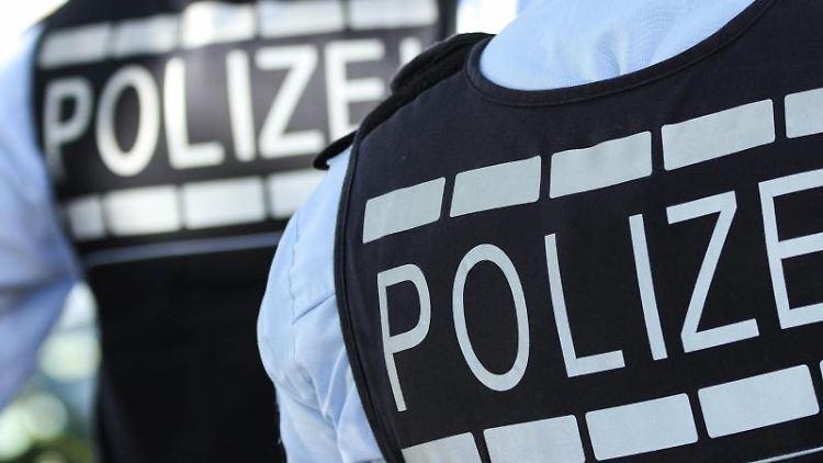 In Westen gekleidete Polizisten. Foto: Silas Stein/dpa/Illustration/Archivbild