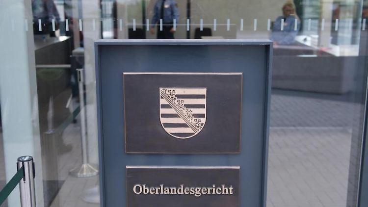 Justizbeamte im Eingangsbereich des Oberlandesgerichts in Dresden. Foto: Sebastian Kahnert/zb/dpa/Archivbild