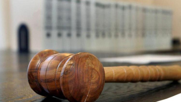 Ein hölzerner Hammer liegt auf der Richterbank in einem Verhandlungssaal des Landgerichts. Foto: Uli Deck/PoOL/dpa