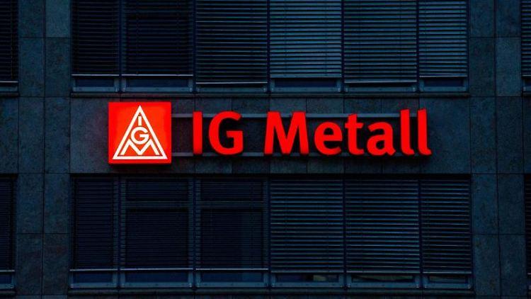 Das beleuchtete IG Metall-Logo ist an der Fassade der IG Metall-Verwaltungsstelle zu sehen. Foto: Marijan Murat/dpa/Archivbild