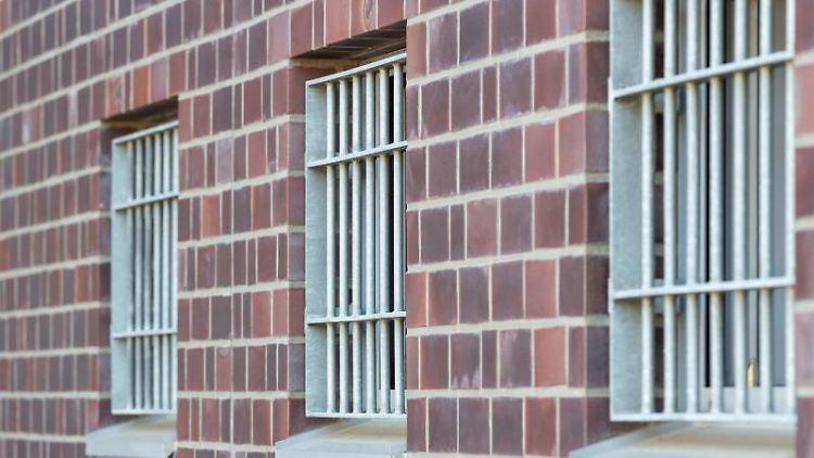 Drei Fenster vergitterte in einer Justizvollzugsanstalt. Foto: Christophe Gateau/dpa/Archivbild