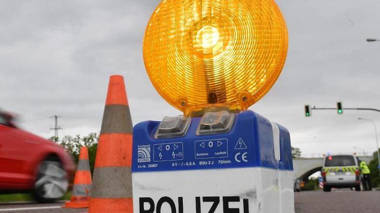 Eine Warnleuchte der Polizei. Foto: Hendrik Schmidt/zb/dpa/Archivbild