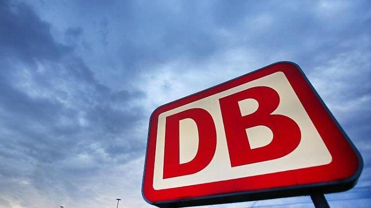 Das Logo der Deutschen Bahn. Foto: Oliver Berg/dpa/Symbolbild