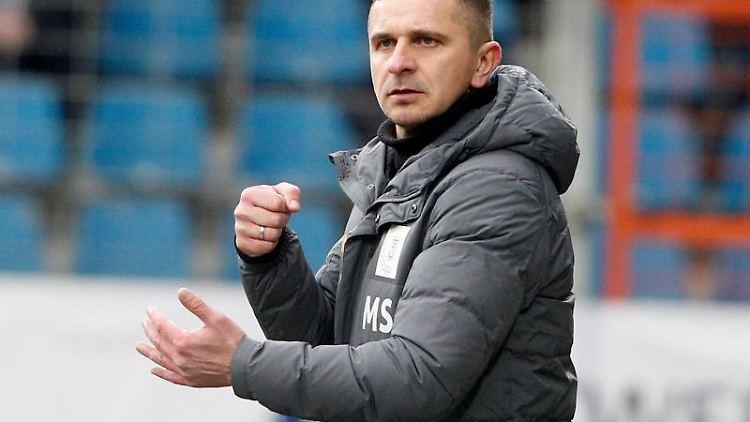 Der Regensburger trainer Mersad Selimbegovic. Foto: Roland Weihrauch/dpa/Archivbild