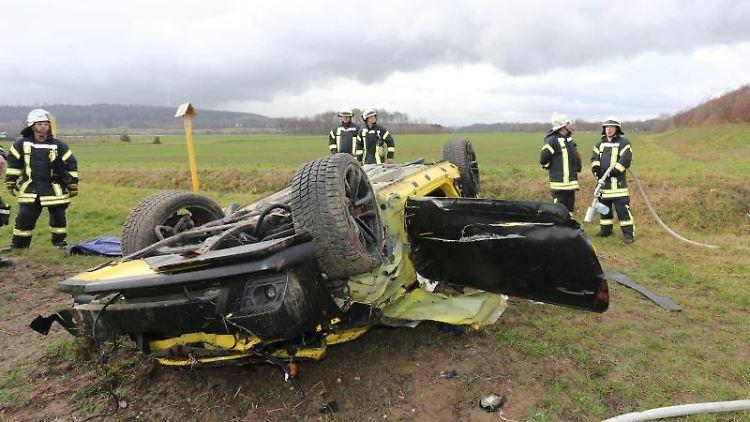Nach einem Verkehrsunfall an der Autobahn 4 stehen Feuerwehrleute an der Unfallstelle. Foto: Ralf Roeger/dpa