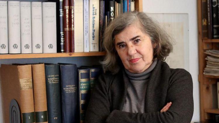 Barbara Honigmann, deutsche Schriftstellerin, steht in einem Zimmer ihrer Wohnung. Foto: Heise Kuhn/dpa/Archivbild