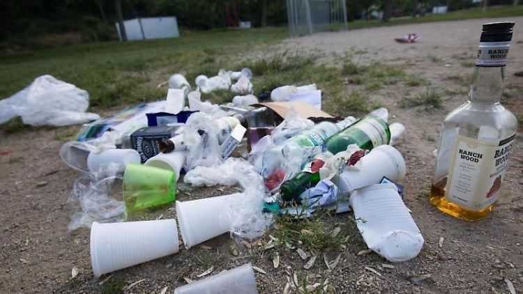Plastikmüll liegt auf dem Boden. Foto: Frank Rumpenhorst/dpa/Archivbild
